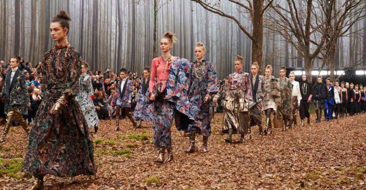Défilé Chanel automne-hiver 2018   Balade en forêt avec Karl Lagerfeld 3ac7a52bb5e